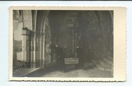 Photo 13,5 X 8,5 Cm.. MOINES Transportant Une Caisse Dans Un CLOITRE ..à Localier... RELIGION - Lieux