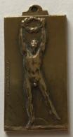 Médaille Bronze. Sport. Souvenir Du 50e Anniversaire De L'URBSEA. 50e Verjaardag KBVB. 1947. E. Debremaecker. 23x40 Mm - Professionals / Firms