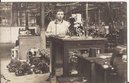 9580. CPA PHOTO A IDENTIFIER JEUNE HOMME DANS UN ATELIER AVEC MOTEURS 1907 - Cartes Postales