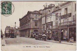 51. REIMS . RUE DE VESLE ET LE THEATRE . ANIMEE . COMMERCES . TRAMWAY . - Reims