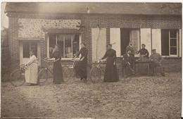 9590. CPA PHOTO A IDENTIFIER FEMMES ET VELOS DEVANT UN CAFE BAR - Da Identificare