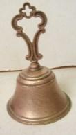 PL. 416. Cloche Ou Clochette  En Cuivre Surmontée D'un Croix Pour La Messe - Bells