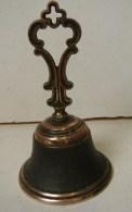 PL. 417. Cloche Ou Clochette  En Cuivre Surmontée D'un Croix Pour La Messe - Cloches