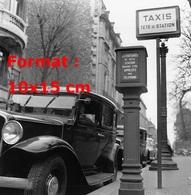 Reproduction D'une Photographie Ancienne Du Taxi Parisien En Tête De Station En 1950 - Reproductions