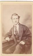 ANTIQUE CDV PHOTO.  SEATED  MAN.  MANCHESTER STUDIO - Alte (vor 1900)