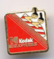 """{12516} Pin's """" Kodak Express """". TBE.  """" En Baisse """" - Photography"""