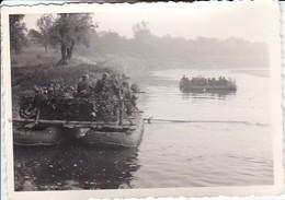 Foto Deutsche Soldaten Und Motorräder Beim Übersetzen über Fluss - Pionierboot Fähre - Russland - 2. WK - 10*7cm (37121) - Krieg, Militär