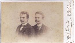 Hartkarton Atelieraufnahme - Zieger Und Turrian , Wetzlar   -  Männeraufnahme  Brüderpaar   - AK -11.376 - Anonyme Personen