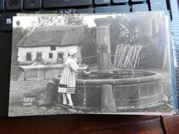 19445) LOCALITA' DEL NORD EUROPA CASA TETTO IN PAGLIA VIAGGIATA 1928 RAGAZZA PRENDE ACQUA DALLA FONTANA - Cartoline