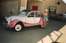 Photo 14.5 X 9.5 Cms. Voiture 2 Cv Citroen, Bicolore Rose Et Blanche, Peut être Dolly. - Cars