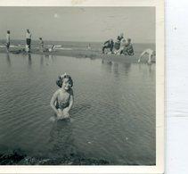 Photo D'une Jeune Fille En Maillot De Bain Et Torse Nue A La Plage - Anonymous Persons