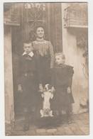 Carte Photo D'une Femme Avec Ses Enfants Et Leur Chien Devant Une Porte Entourée De 2 Cages à Oiseaux - Photographie