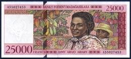 MADAGASCAR MADAGASKAR 25000 FRANCS - 5000 ARIARY P-82 WOMAN CHILD TROPICAL FRUITS 1998 AUNC - Madagascar