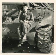 PHoto D'un Soldat Du Contingent 1964 2/c Assis Sur Un Char De Combat Tank à La Caserne Duperré De La Rochelle - War, Military