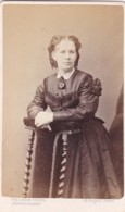 ANTIQUE CDV PHOTO - LADY LEANING ON CHAIR . LONDON STUDIO - Photographs