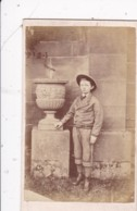 ANTIQUE CDV PHOTO - YOUNG BOY STOOD BY URN.  NO  STUDIO - Anciennes (Av. 1900)