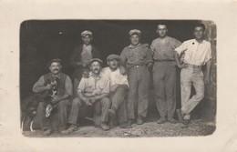 Photographie : Carte Photo : Ouvriers Au Repos ( à Définir ) - Autres Photographes