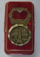 DÉCAPSULEUR EN METAL PARIS NEUF TOUR EIFFEL MONUMENTS PRINCIPAUX - Tire-Bouchons/Décapsuleurs