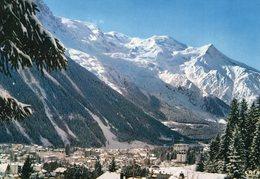 74 - CHAMONIX-MONT BLANC - Vue Générale De La Station En Hiver. L'Aiguille Du Midi, Le Mont Blanc Et Son Massif - Chamonix-Mont-Blanc