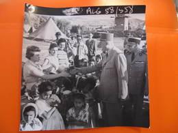 Photo Originale - DE GAULLE EN ALGERIE SALUANT UNE FEMME - Format : 18 X 18 Cm - Célébrités