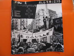Photo Originale - DE GAULLE EN ALGERIE - LA FOULE - BANDEROLE LES TRAMINOTS ALGERIENS  - Format : 18 X 18 Cm - Célébrités