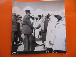 Photo Originale - DE GAULLE EN ALGERIE SALUANT UN MILITAIRE AGERIEN  - Format : 18 X 18 Cm - Célébrités