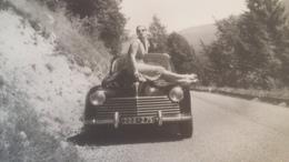 Belle Et Ancienne Photo D'une Voiture Ancienne Avec Une Jolie Femme Posant Sur Le Capot ! - Automobiles