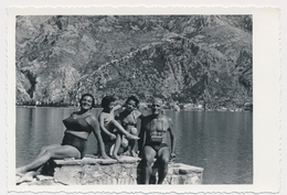 REAL PHOTO Ancienne Beach Group Swimsuit Woman Trunks Man And Kids Girls, Homme Femme Et Fillettes Plage Old Orig. - Non Classés