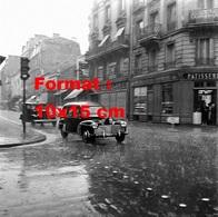 Reproduction D'une Photographie Ancienne D'une Peugeot 203 Familiale Roulant Sous La Grêle Rue De Levallois-Perret 1956 - Repro's