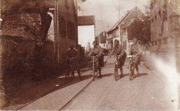 88Sv   Carte Photo Soldats Du12e RAB En Visite à Maxbourg Hambach En Velo Dans Les Rues - Neustadt (Weinstr.)