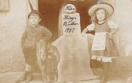 KIDS WITH HAT AND FOLK DRESSED. GERMANY CIRCA 1918. CIRCULEE - BLEUP - Fotografie