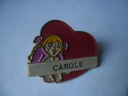 PIN'S CAROLE Prénom Fille Blonde Coeur Amour @ 30 X 25 Mm - Celebrities