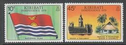 PAIRE NEUVE DE KIRIBATI - INDEPENDANCE : DRAPEAU NATIONAL ET PARLEMENT, MAISON DE L'ASSEMBLEE  N° Y&T 1/2 - Kiribati (1979-...)
