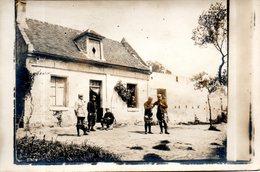 Carte Photo. 5 Soldats Devant Une Maison. - Guerre 1914-18