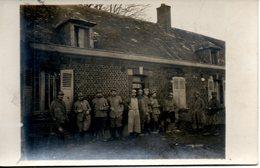 Carte Photo. Groupe De Soldats Devant Une Maison - Guerre 1914-18