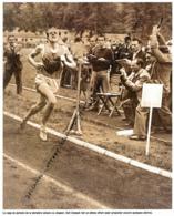 ATHLETISME : PHOTO (1951), EMILE ZATOPEK BAT LE RECORD DU MONDE DE L'HEURE A STARA BOLESLAV AVEC 20,052 KM. - Athletics