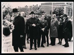 AALTER - FOTO 1973 - 18 X 13 CM  - MGR.VAN PETEGHEM LEGDE BLOEMEN NEER AAN MONUMENT - Aalter