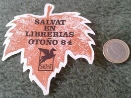 SPAIN. ANTIGUA PEGATINA ADHESIVO OLD STICKER TROQUELADA EDITORIAL SALVAT EN LIBRERÍAS OTOÑO 1984 HOJA DE ÁRBOL LEAF TREE - Pegatinas