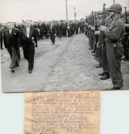PHOTO - RENE COTY - A COLLEVILLE DEVANT LES SOLDATS AMERICAINS DU 10e ANNIVERSAIRE DU DEBARQUEMENT - PHOTOS ADP - War, Military