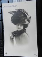 19464) RAGAZZA CON ENORME CAPPELLO LA NUOVA MODA NOUVELLE MODE NON VIAGGIATA 1908 CIRCA - Moda