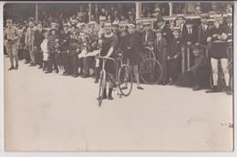 CARTE PHOTO : ARRIVEE D'UNE COURSE CYCLISTE SUR UN VELODROME A IDENTIFIER - LE VAINQUEUR AVEC DES FLEURS - 2 SCANS - - Ciclismo