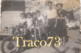 GIOVANI MOTOCICLISTI IN POSA _ VESPA SULLO SFONDO _ 1953 / Foto Formato 8 X 6 - Ciclismo