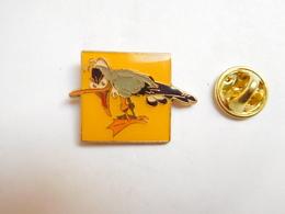Superbe Pin's , BD , Oiseau , Mouette De Franquin , Signé Corner Coinderoux - Comics