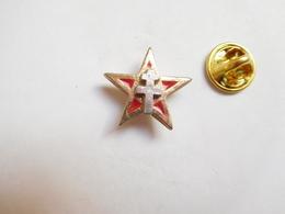 Beau Pin's En Relief , Armée Militaire , Croix De Lorraine Sur étoile Rouge - Army