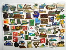 Beau Lot De + De 60 Pin's Différents Sur Les Banques , Organismes De Crédit - Banken