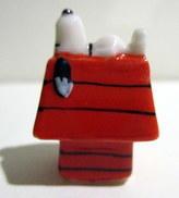 Fève Snoopy Endormi Sur Sa Niche - Brillante - Animaux
