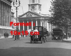 Reproduction D'une Photographie Ancienne D'un Taxi Roulant à Trafalgar Square Dans Les Années Début 1900 - Reproductions