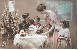 Family, Famille, Having Tea, Decorated Christmas Tree, Weihnachtsbaum, Arbre De Noël, Tannenbaum, Boire Du Thé - Natale