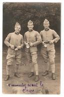 """Carte Photo Militaria Originale 3 Soldats """"5 Minutes Avant La Soupe"""" (manuscrit) -  Nombre 42 Sur Le Col - Personnages"""