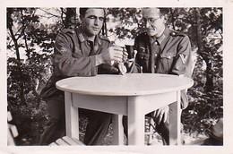 Foto 2 Deutsche Soldaten Mit Biergläsern  - 2. WK - 6*4cm (37184) - Krieg, Militär